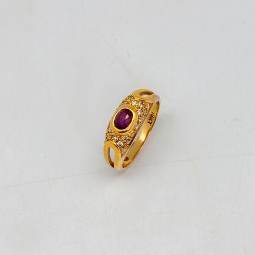 Bague jonc en or jaune ornée d'un petit rubis serti clos entouré de diamants  Po…