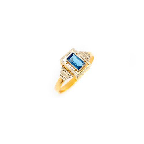 Une bague en or jaune ornée d'une pierre bleue  Poids brut : 1.9 g.