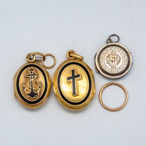 Deux pendentifs en or à décor émaillé d'une croix et d'une ancre  on y joint un …