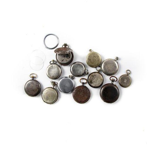 12 montres en métal et argent.
