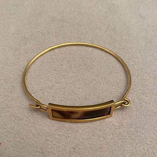 Bracelet rigide ouvrant en or jaune 750 millièmes décoré au centre d'une plaque …