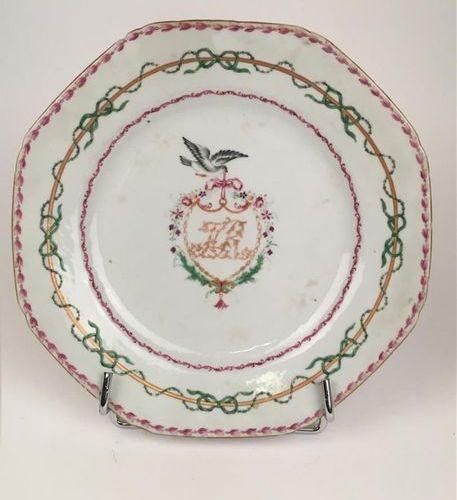 CHINE Assiette en porcelaine à bord contourné à décor polychrome des émaux de la…