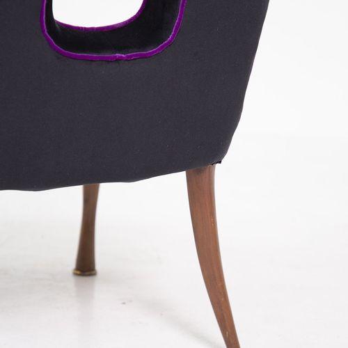 Two velvet and wooden armchairs. 1950s 一对黑色天鹅绒扶手椅,带紫色滚边,木腿和镂空椅背。意大利制造。1950s. 措施。…