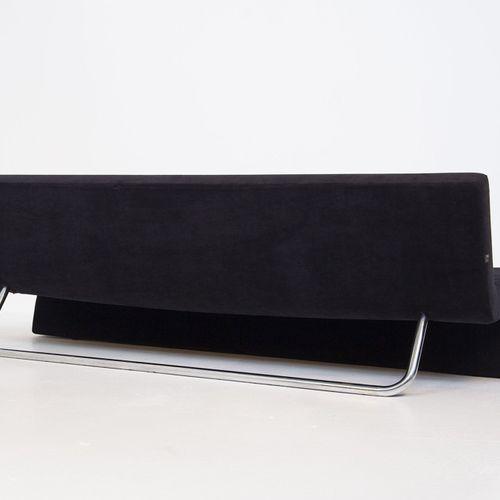 MDF. Black velvet sofa and steel. 1990s Canapé en velours noir et cadre en acier…