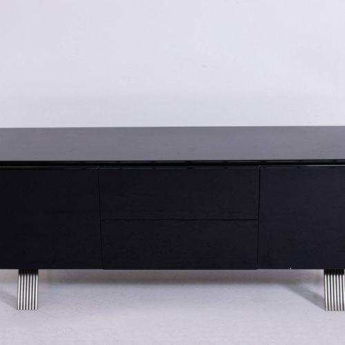 Italian modern sideboard in black wood. 1970s 黑色亮光漆木边柜,镀铬钢脚。两个侧门有存储空间,中间有两个抽屉。意大…