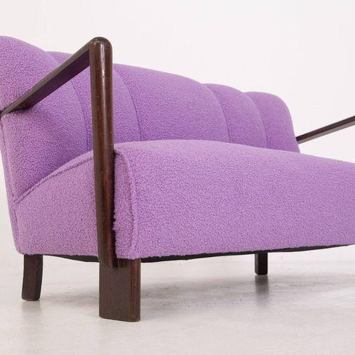 Sofa in purple bouclé. Italy. 1950s Canapé deux places avec cadre en bois et ass…