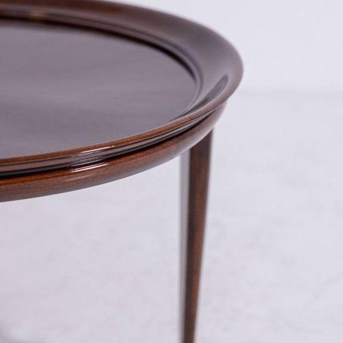 Italian coffee table in walnut. 1950s. Restored 优雅的胡桃木咖啡桌,圆形桌面和凸起的边缘。1950s.恢复了。措…