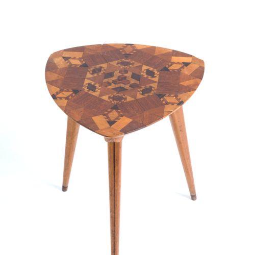 Embellished triangular stool in wood. 1950s 三角形桌面的边桌,用各种类型的木材完成并镶嵌有几何图案。意大利制造。19…
