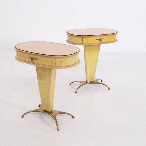 Parchment and glass bedside tables. 1950s 一对黄色羊皮纸的床头柜,带抽屉,粉色玻璃桌面和黄铜脚。意大利制造。1950s…