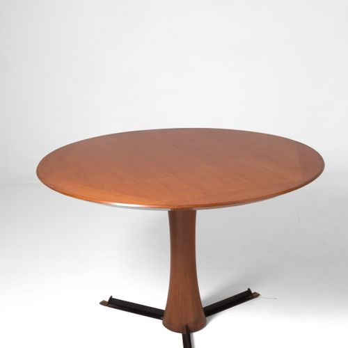 Wooden table. GALLERIA MOBILI D'ARTE CANTU' Table ronde en bois. Production GALL…