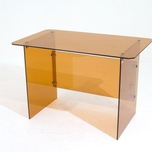 Brass writing desk. GALLOTTI E RADICE. 1970s 黄色烟熏玻璃和黄铜制成的桌子,有圆角。由GALLOTTI E RADI…