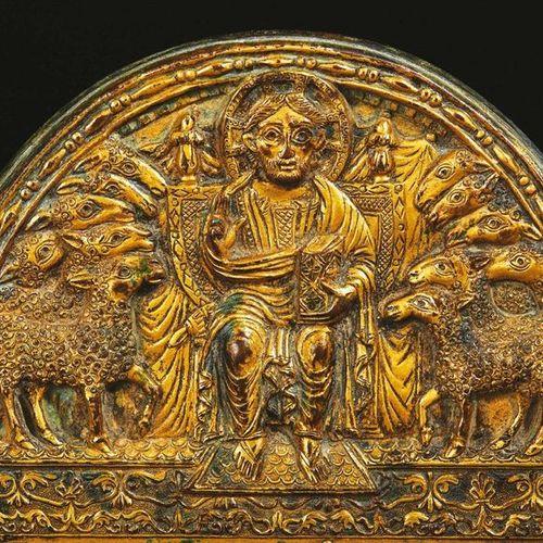 Rare plaque de forme cintrée en bronze ciselé, gravé et doré. Dans sa partie bas…