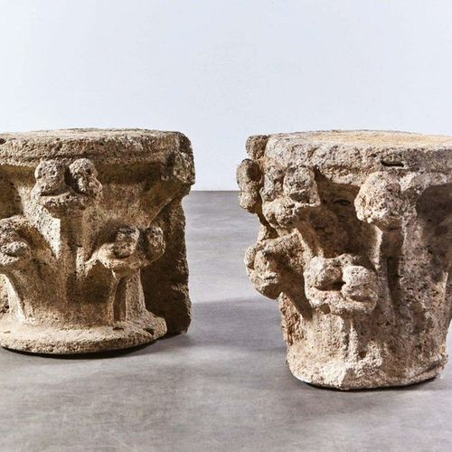 Pair of limestone capitals in carved limestone with hook decoration. Cotentin, 1…