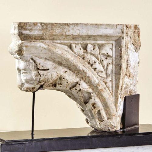 Marble console carved in the shape of an arch decorated with a ribbed acanthus l…