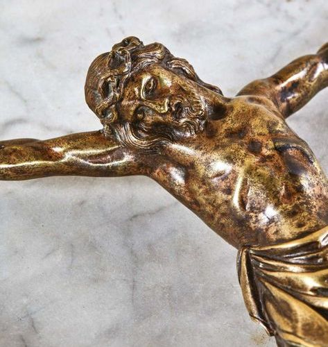 Cristo morto in gilt bronze, hollow cast iron. Head wearing an interlaced crown …