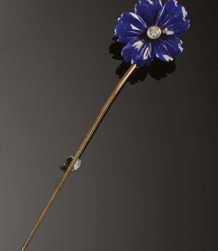 Spilla fermacravatta in vetro color blu intagliato in forma di fiore e brillante…