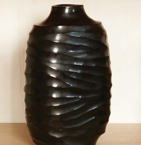 MASSIMO MICHELUZZI (NATO NEL 1957) Vaso ovoidale in vetro nero pesante lavorato …