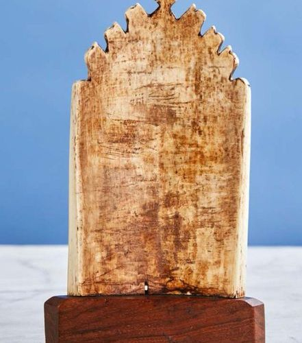 Baiser de Paix en forme de gable à crochets en ivoire sculpté représentant la Vi…