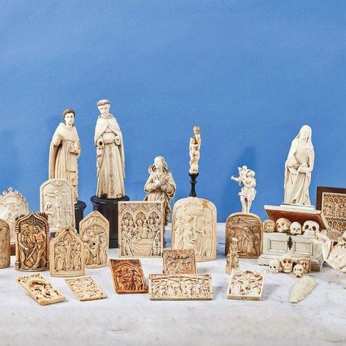 Saint François Xavier en ivoire sculpté en applique. Le saint agenouillé devant …