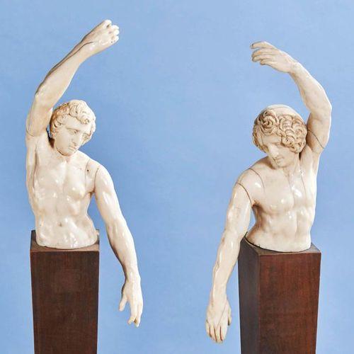 Paire de bustes d'homme nu en ivoire sculpté nus levant un bras. Allemagne ou It…