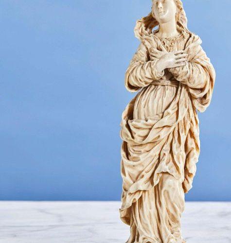 Vierge de Calvaire en ivoire sculpté en ronde bosse. La Vierge croise ses mains …