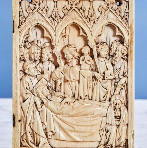 Volet droit de diptyque en ivoire représentant la Dormition de la Vierge sous tr…