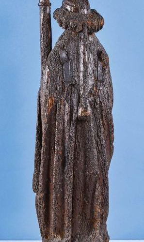 Ange portant les Instruments de la Passion, colonne et clous, en chêne sculpté e…