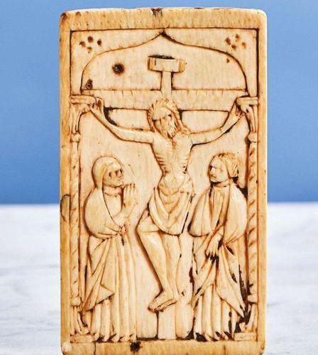 Plaquette en ivoire sculpté en faible profondeur représentant la Crucifixion. So…