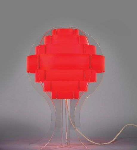 TRAVAIL ITALIEN (XXe siècle) An Italian work table lamp in red and transparent P…