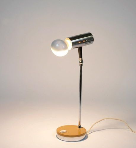 TRAVAIL ITALIEN (XXe siècle) An Italian work table lamp in yellow lacquered meta…