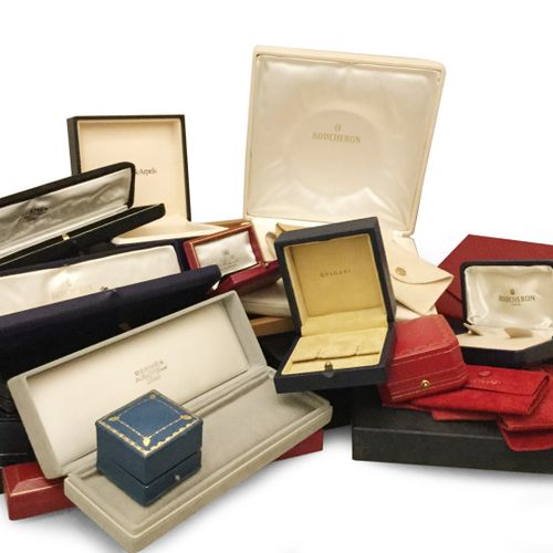 Lot including about fifty cases signed by various houses such as Cartier, Bouche…