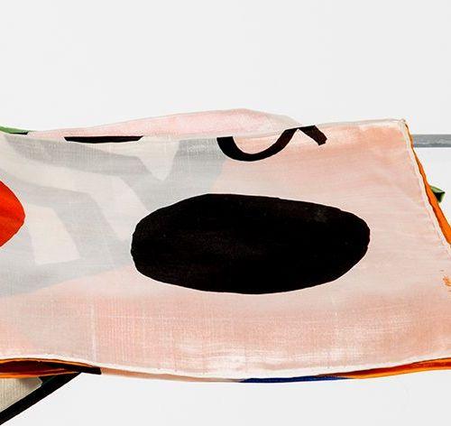 CALDER (D'APRÈS) Carré en pongé de soie imprimé représentant une composition de …