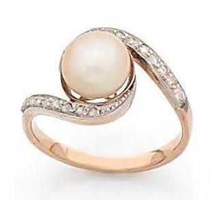 BAGUE croisée en or 18K (750), ornée d'une perle fine bouton, sertie de diamants…
