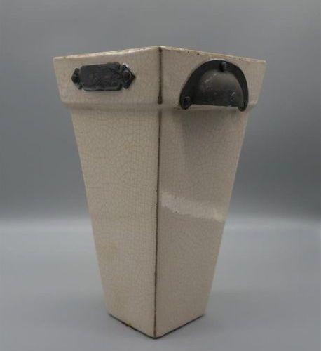Vase à anses métaliques. Céramique craquelée et vernissée de couleur blanche. Us…