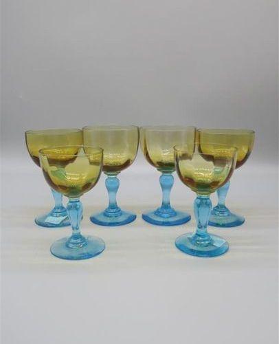 CRISTALLERIE de PORTIEUX. Partie de service de verres pied balustre bleu et coup…