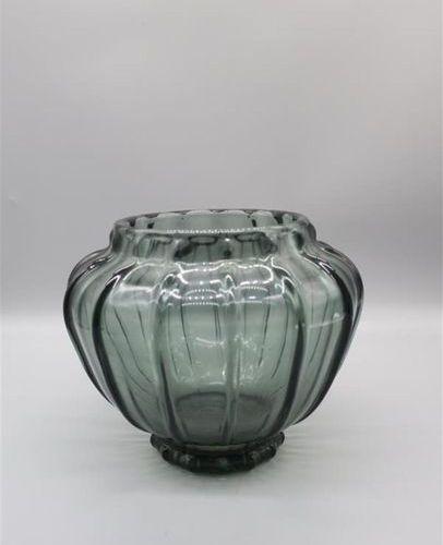 DAUM NANCY. Vase en verre teinté noir. H. 15 cm.