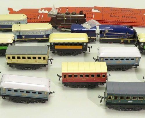 """HORNBY pour HACHETTE. Lot de quinze pièces diverses (13 wagons """"voyageurs"""" et 2 …"""