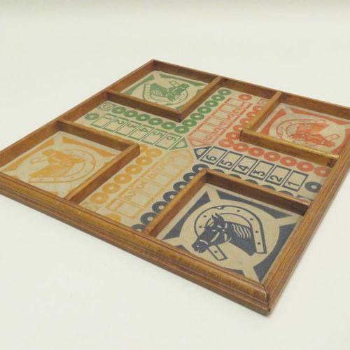 Plateau en bois et carton ancien pour jeux des Petits chevaux. Xxème siècle. 2 x…