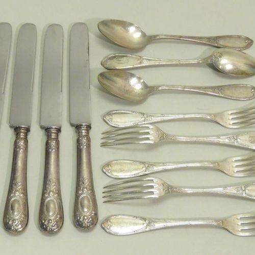 Lot de douze pièces (2 modèles différents) en métal argenté, comprenant : 5 four…