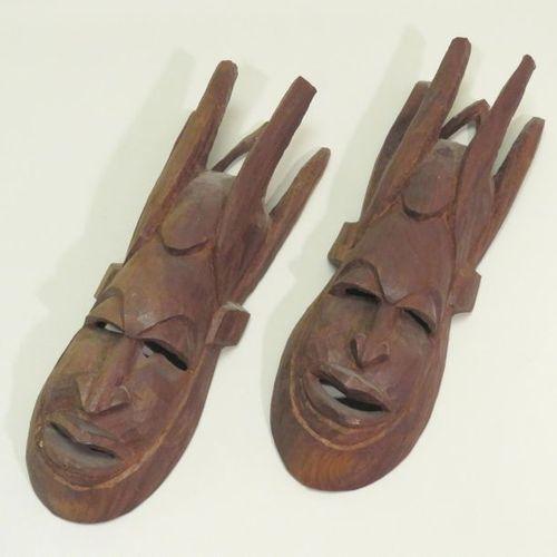 Lot de deux importants masques africain en bois sculpté. 51,5 x 17 cm.
