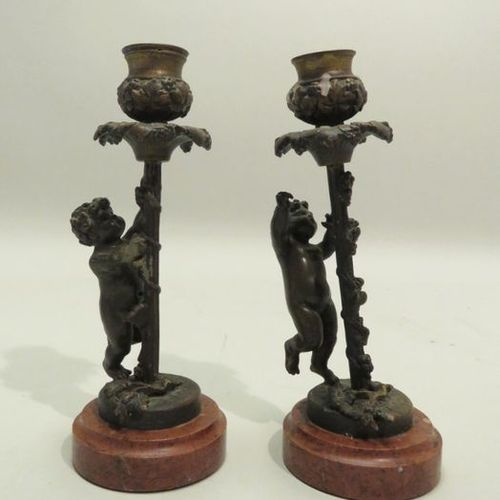 Pair of bronze candleholders, the bases in reconstituted marble. 19.5 x 7.5 cm (…
