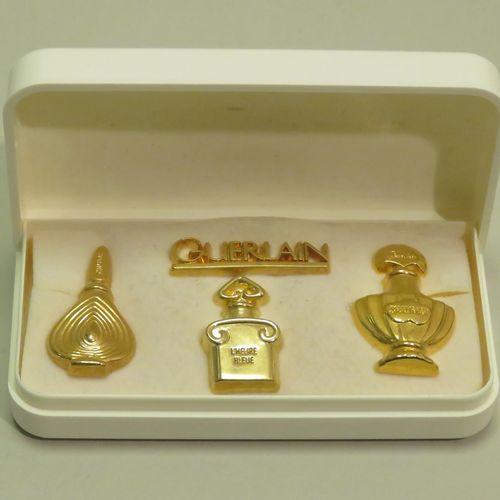 Très rare coffret blanc à l'intérieur 4 pin's dorés dont un titré « Guerlain »  …