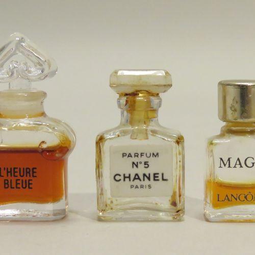 Lot de 3 miniatures anciennes  Guerlain « L'Heure Bleue » modèle bouchon cœur. H…