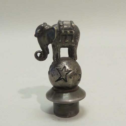 ROUX MARQUIAND. Bouchon en métal argenté surmonté d'un éléphant d'Inde. 8 x 4 cm…