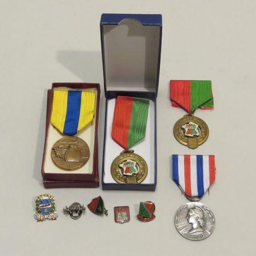 Lot de quatre décorations diverses (avec rubans) dont une en argent.