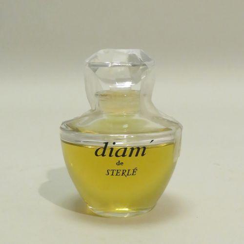 STERLE « Diam »  Flacon en verre de forme évasée, gravé sur une face « Diam de S…