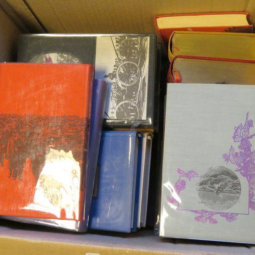 Lot de trente trois livres reliés divers. Assez bon état général.