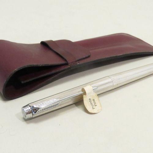 PARKER. Stylo à plume en acier chromé (pointe fine). Etat neuf. Long : 13,5 cm. …