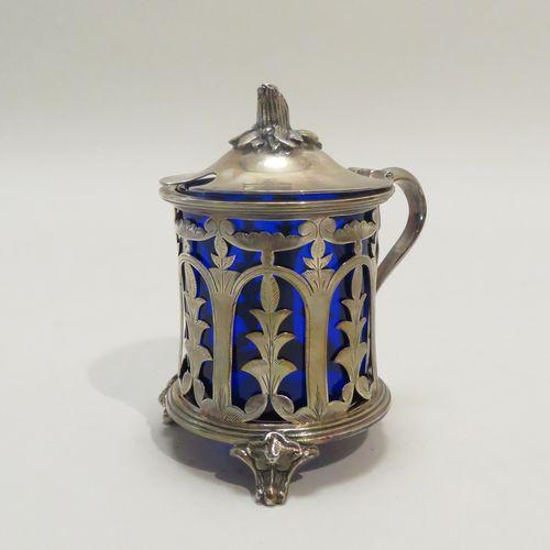 Moutardier tripode en verre bleu et métal argenté. 11 x 9,5 cm.