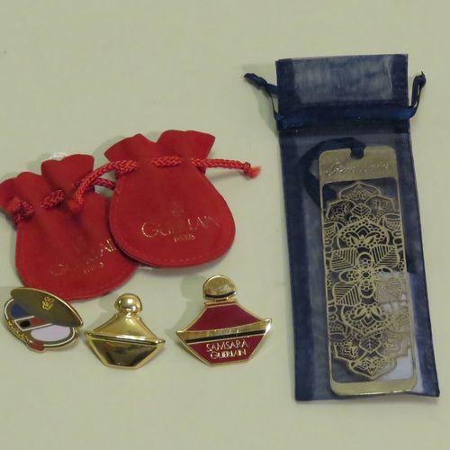 GUERLAIN  Lot comprenant 3 pin's Samsara dont 2 avec pochettes rouges titrées, +…